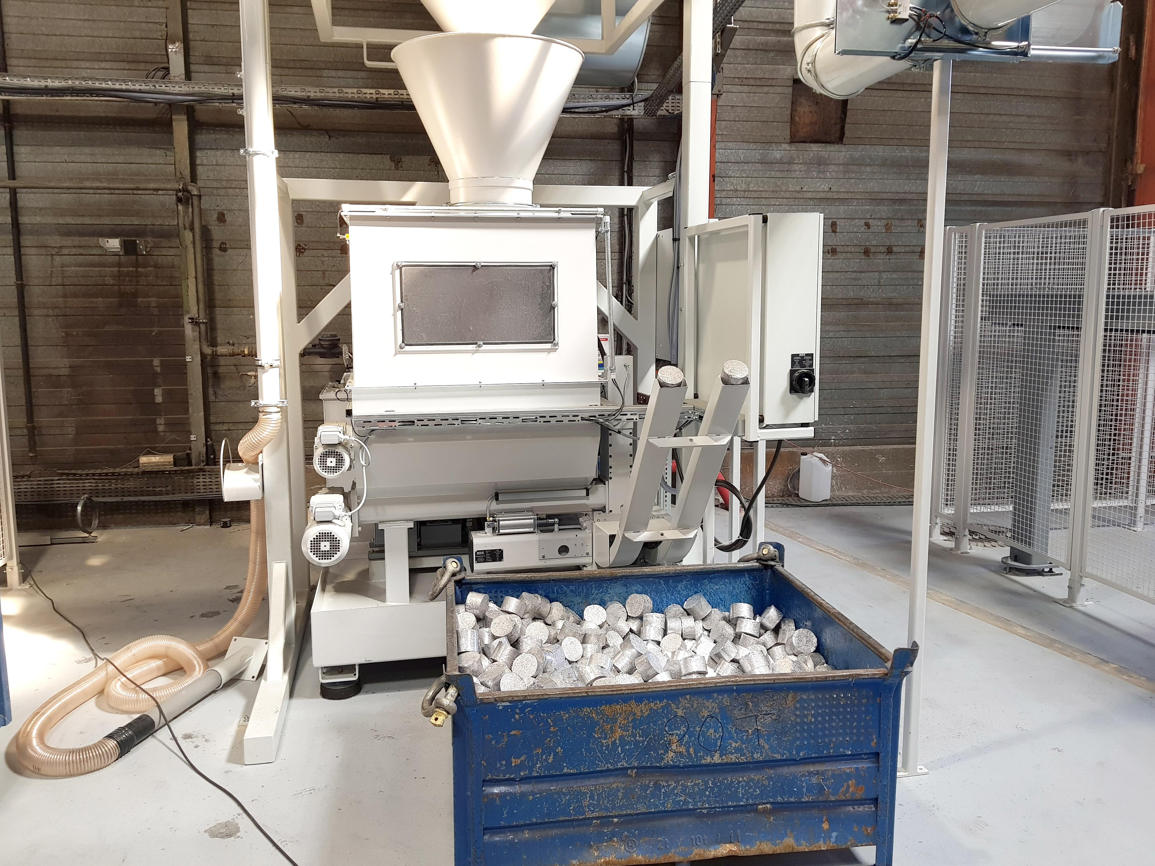 Ouvrir l'image : «Briqueteuse aluminium»