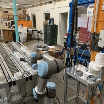 Encollage et assemblage de raccords sanitaires avec un robot collaboratif