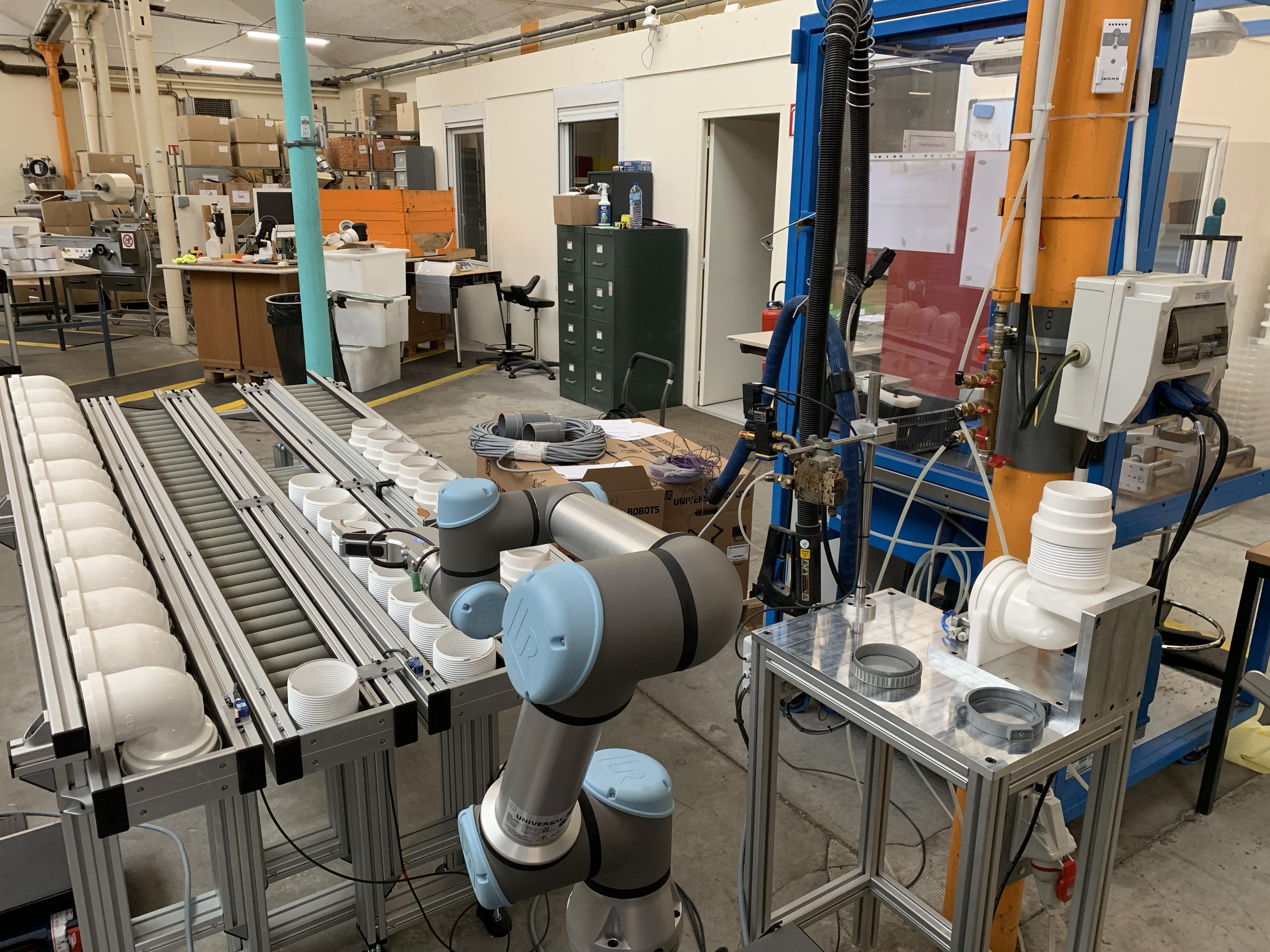 Ouvrir l'image : «Encollage et assemblage de raccords sanitaires avec un robot collaboratif»