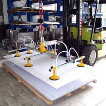 Manutention plaques polymère avec palonnier à ventouses autonome